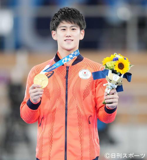 体操男子種目別鉄棒決勝 金メダルを手に笑顔の橋本(撮影・鈴木みどり)