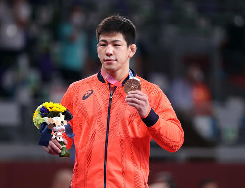 男子グレコローマン77キロ級 表彰式で銅メダルを掲げる屋比久(撮影・パオロ ヌッチ)