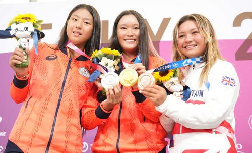 スケートボード女子パーク決勝 金メダルを手に笑顔の四十住(中央)。左は銀メダルの開、右は銅メダルのブラウン(撮影・鈴木みどり)