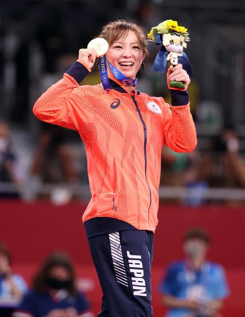 女子フリースタイル62キロ級で金メダルの川井友はメダルを手に笑顔(撮影・パオロ ヌッチ)
