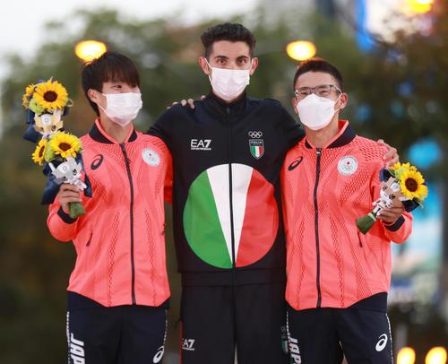 陸上男子20キロ競歩 表彰式で笑顔を見せる、左から銀メダルの池田、金メダルのイタリアのスタノ、銅メダルの山西(代表撮影)
