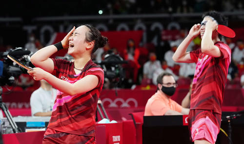 卓球混合ダブルスで優勝し歓喜する伊藤。右は水谷(撮影・江口和貴)
