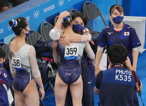 体操女子団体決勝で最後の種目の平均台を終えた平岩(背中)を抱きしめる村上