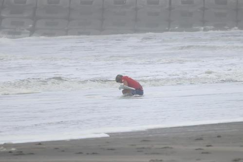 サーフィン男子決勝 銀メダルに終わり波打ち際でボードを抱えながらうなだれる五十嵐カノア(撮影・井上学)