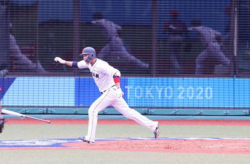日本対ドミニカ共和国 9回裏日本1死満塁、サヨナラ打を放ちガッツポーズで駆けだす坂本(撮影・河野匠)