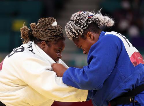 女子78キロ超級準決勝 フランスのディコ(右)と激しい攻防を繰り広げるキューバのオルティス(撮影・パオロ ヌッチ)