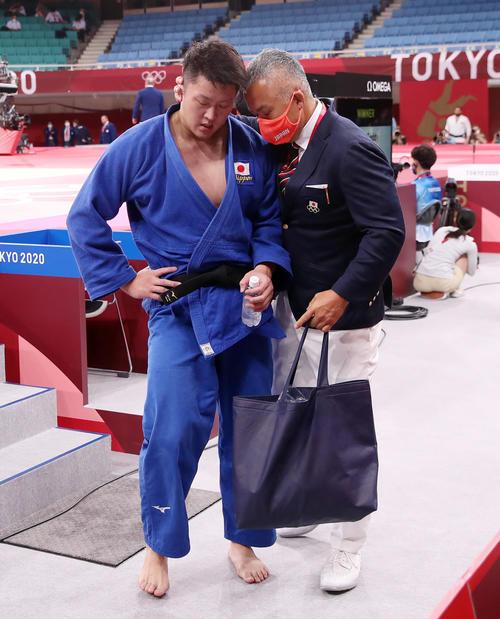 3位決定戦で破れメダルを逃した原沢(左)は、鈴木コーチから言葉をかけられる(撮影・パオロ ヌッチ)