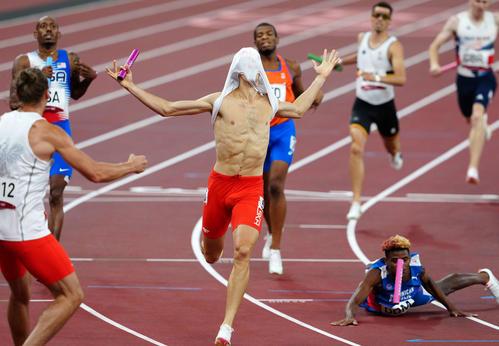 混合1600メートルリレーで優勝しユニホームをかぶるポーランドのドゥシニスキ(撮影・江口和貴)