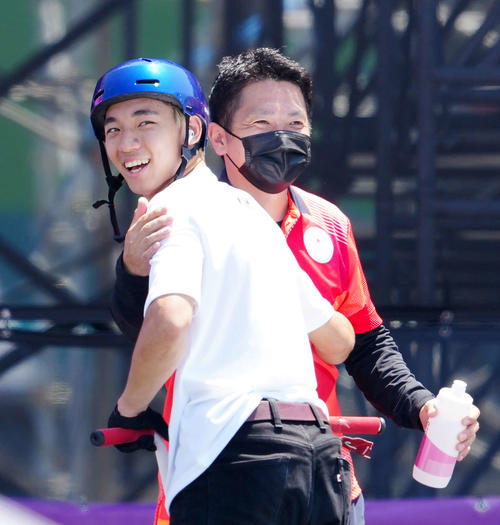 男子パーク決勝の2回目を終え、父の辰司さん(右)から迎えられる中村(撮影・江口和貴)