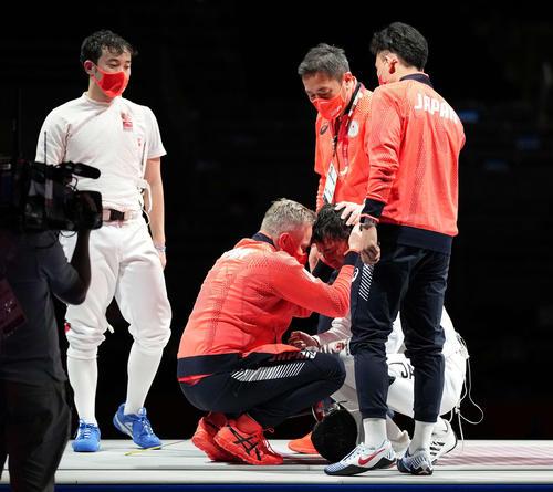 フェンシング男子フルーレ団体3位決定戦 米国に敗れ銅メダルを逃し、うなだれる松山(右下)。左は永野、右は西藤(撮影・鈴木みどり)