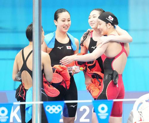 女子400メートルメドレーリレー 決勝を8位で終え笑顔で抱き合う、左から小西、渡部、池江、五十嵐(撮影・鈴木みどり)