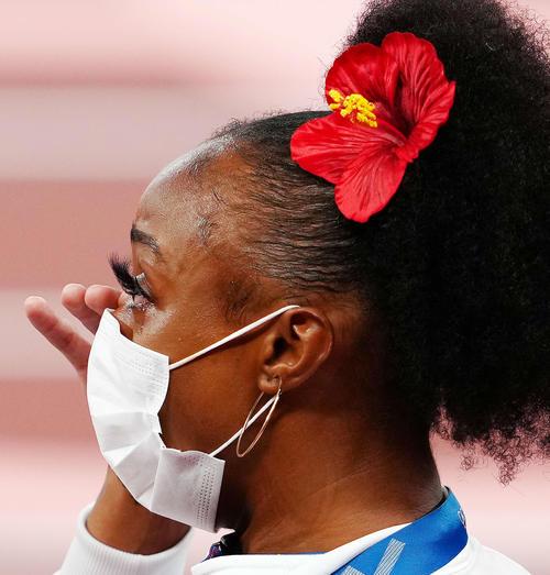 女子100メートル障害の表彰台で涙する金メダルのカマチョクイン(撮影・江口和貴)