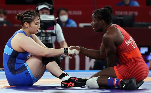 女子フリースタイル68キロ級1回戦 ストックメンサ(右)に敗れた土性はマットに座り込む(撮影・パオロ ヌッチ)