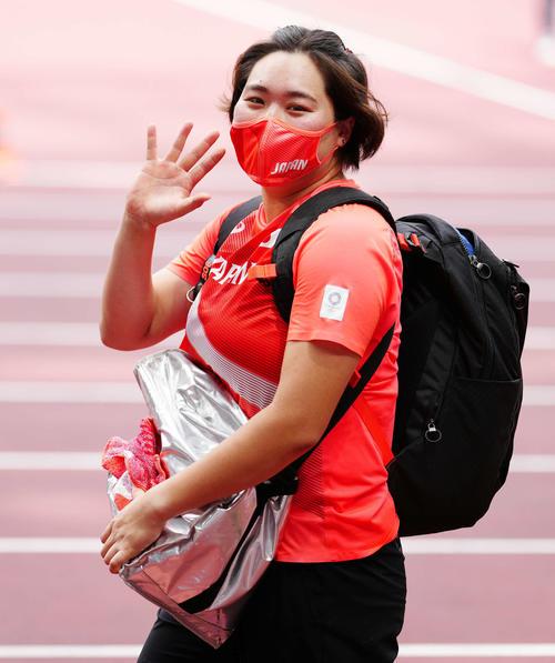 女子やり投げ予選を終え、笑顔で引き揚げる北口(撮影・江口和貴)