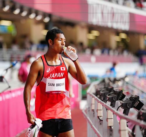 男子200メートル予選2組 レース後、水を口にしながらぼうぜんと引き揚げるサニブラウン(撮影・江口和貴)