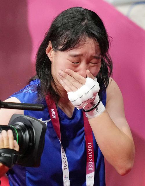 ボクシング女子フェザー級決勝 ペテシオ(右)に勝利し金メダルを獲得し、感極まる入江(撮影・鈴木みどり)
