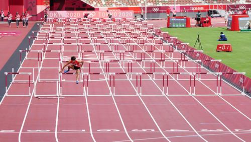 男子110メートル障害準決勝2組 終盤転倒した金井大旺だったが、最後まで諦めず1人ゴールを目指す(撮影・江口和貴)