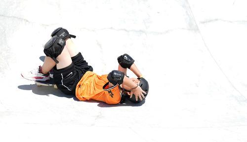 スケートボード女子パーク決勝 3本目の演技で転倒し、頭を抱える岡本(撮影・鈴木みどり)
