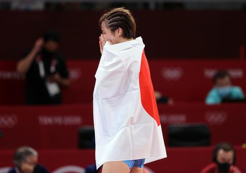 女子フリースタイル62キロ級決勝 金メダルを獲得し日の丸を背負い感極まる川井友香子(撮影・パオロ ヌッチ)
