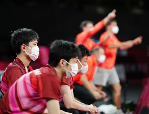 日本対ドイツ 第5試合で丹羽が敗れ、決勝進出とならず、ぼうぜんとする張本(左)ら(撮影・江口和貴)