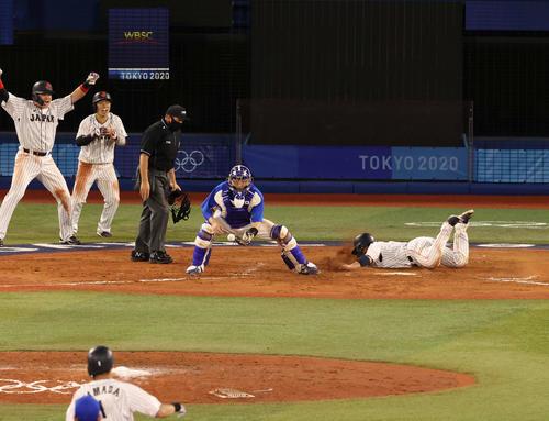 日本対韓国 8回裏日本2死満塁、山田の勝ち越し左越え3点適時二塁打で一塁から激走、ヘッドスライディングで生還する甲斐(撮影・河野匠)