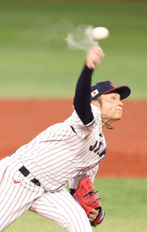 日本対韓国 7回から日本3番手で登板し、粉を飛ばしながら投球する伊藤(撮影・河野匠)