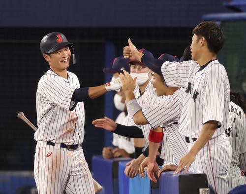 日本対韓国 3回裏日本1死二、三塁、先制の犠飛を放ちベンチ前で笑顔の坂本(撮影・河野匠)