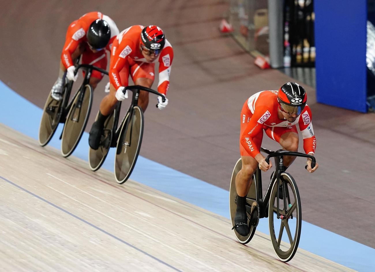 男子チームスプリント予選で9位に終わった(右から)雨谷一樹、新田祐大、深谷知広。東京五輪出場を逃した(共同)