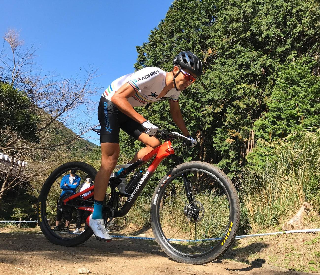 今季の国内大会でレースに臨む自転車マウンテンバイクの山本(C)2020dsmtb