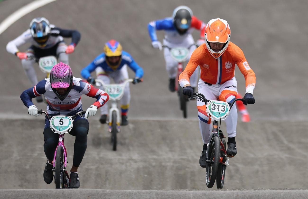 自転車・BMX男子レースで金メダルを獲得したニク・キムマン(右)のレース(ロイター)