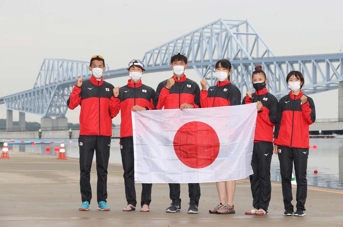 レース後記念撮影に納まる日本チーム。左から西村、古田、荒川、米川、大石、冨田(撮影・河野匠)