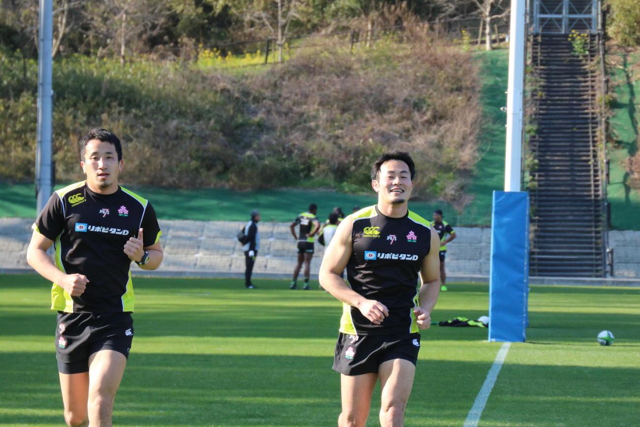 7人制日本代表候補合宿に参加している福岡堅樹(右)(日本ラグビーフットボール協会提供)