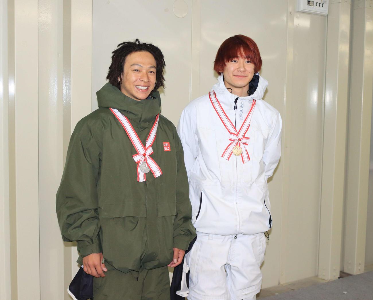 スノーボード全日本選手権ハーフパイプで2位だった平野歩(左)と優勝した戸塚(撮影・保坂果那)