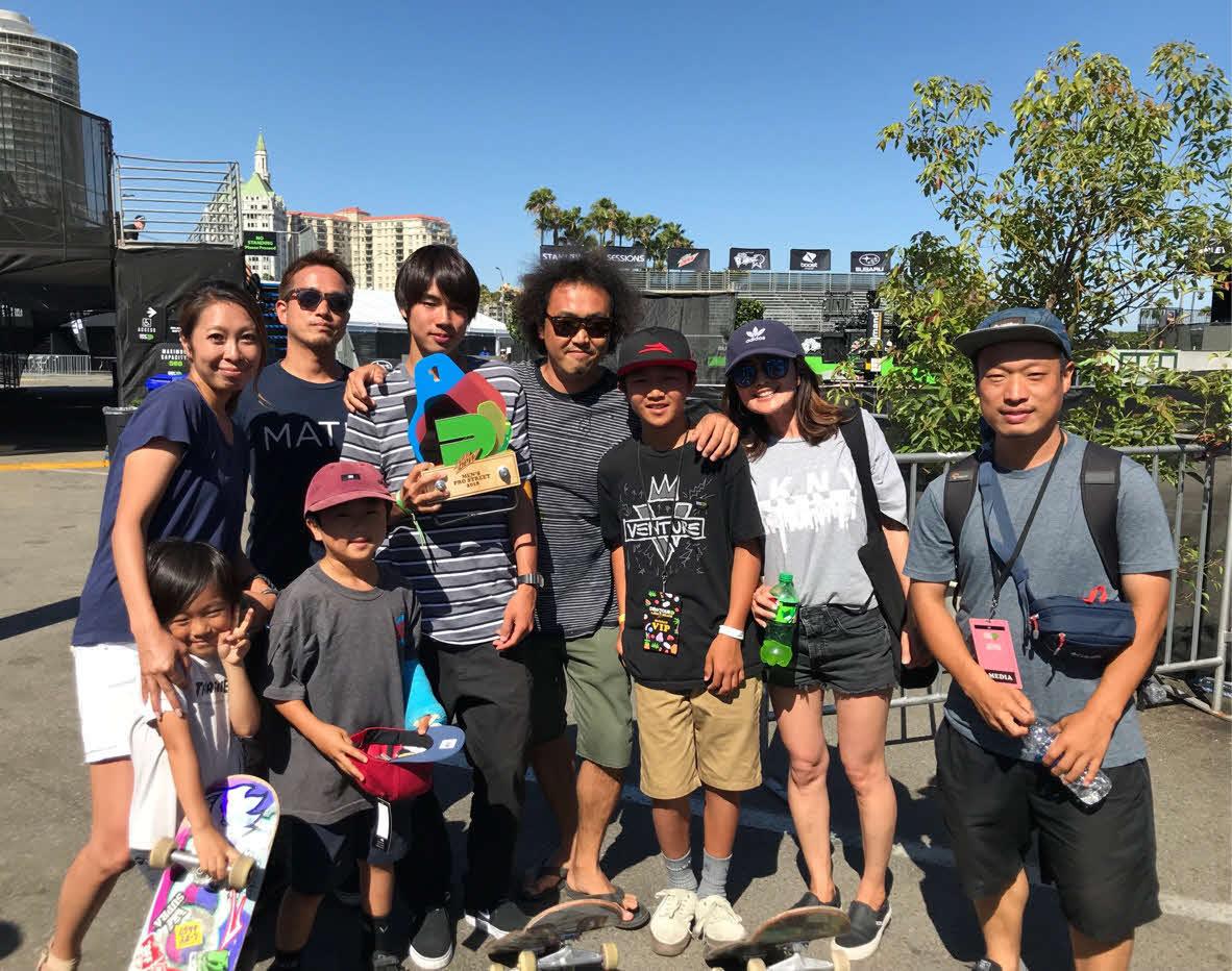 18年のデューツアー優勝時に、応援に駆け付けた吉田宏さん(後列左から4人目)の家族らと記念撮影する堀米(同3人目)