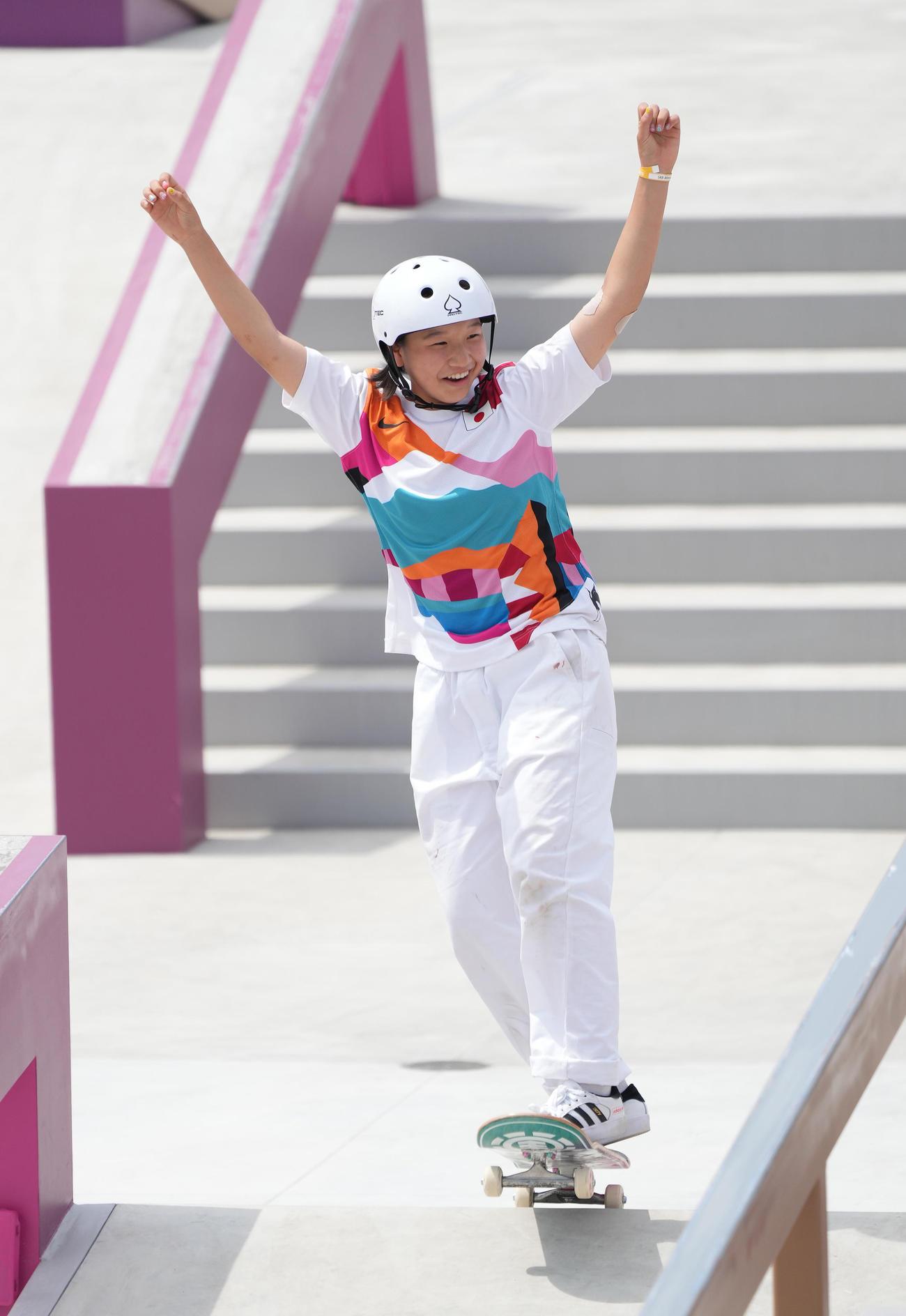 スケートボード女子ストリート決勝、7本目を成功させガッツポーズを見せる西矢