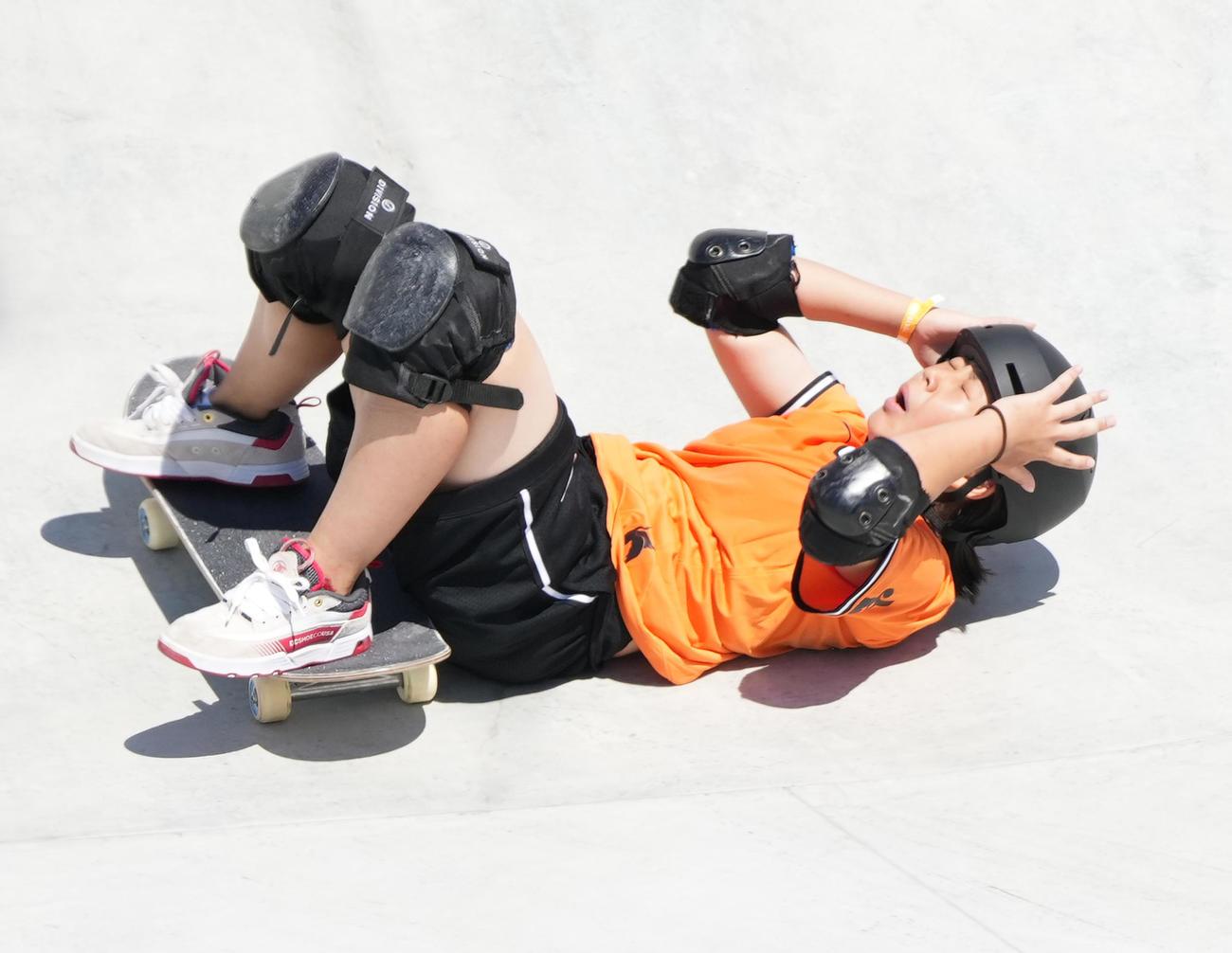 女子パーク決勝で3本目の演技を失敗し、頭を抱える岡本