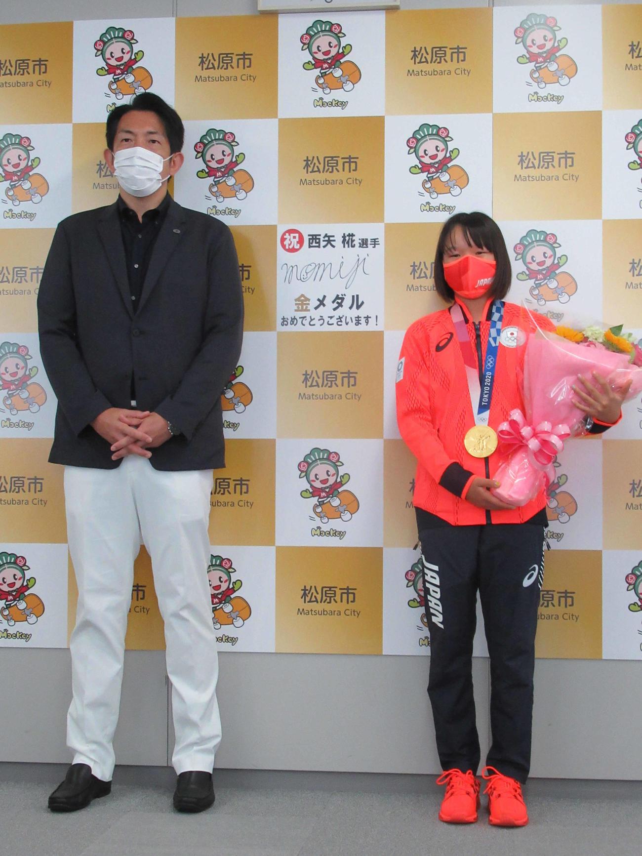 最年少13歳で金メダルを獲得した西矢が地元の大阪・松原市役所で沢井市長(左)を訪問。中央はこの日入れた直筆のサイン