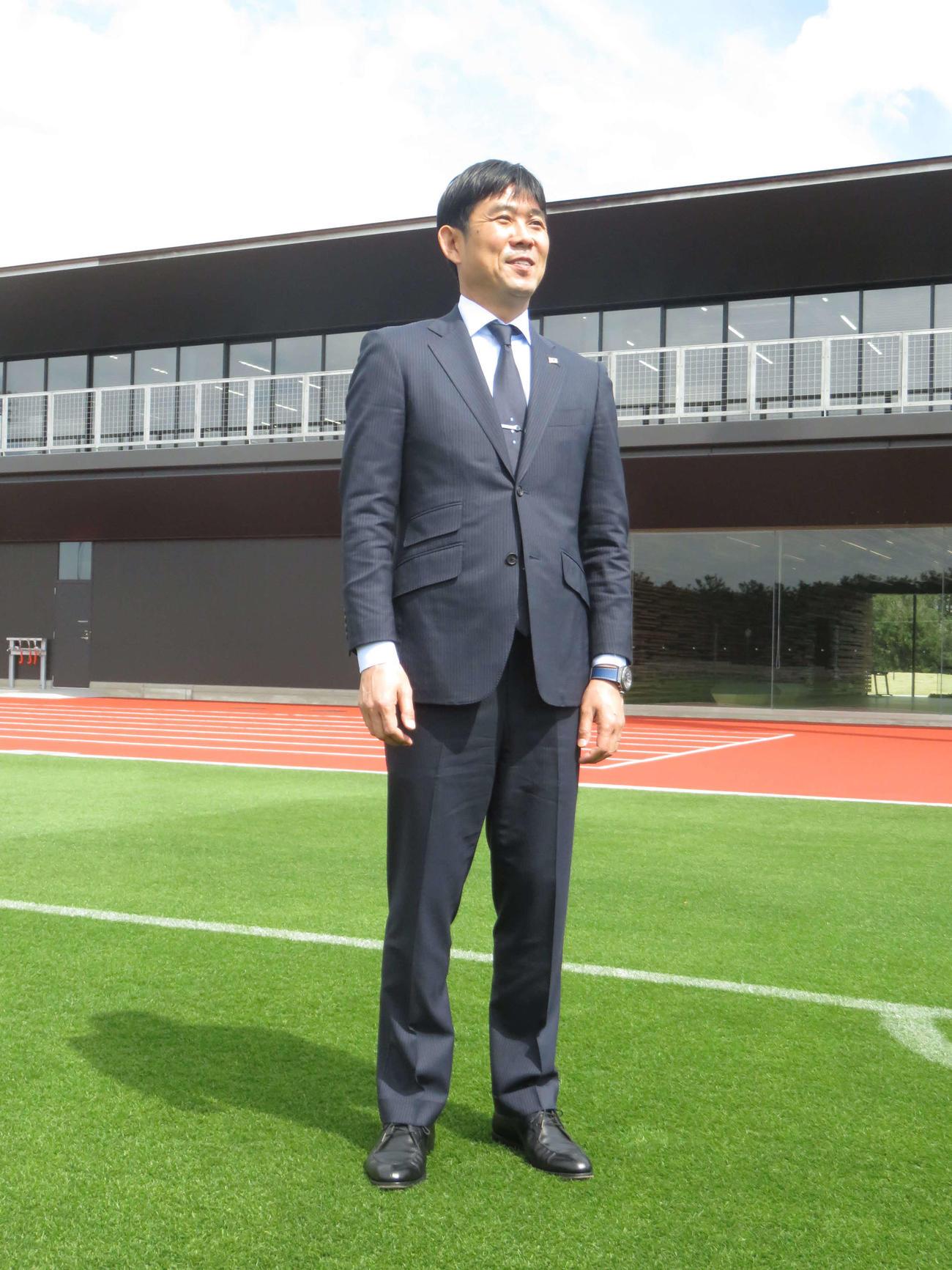 千葉県立幕張海浜公園内に完成したサッカー施設「高円宮記念 JFA夢フィールド」を視察する日本代表森保監督