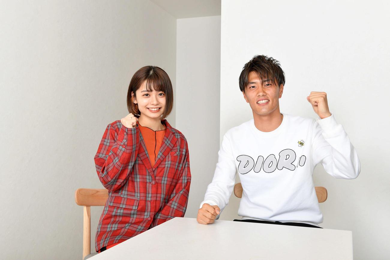 対談した足立佳奈(左)と磐田FW小川航(撮影・滝沢徹郎)