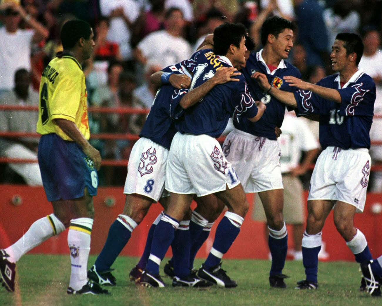 96年7月、アトランタ五輪・サッカー男子予選リーグ 日本対ブラジル 後半27分、決勝ゴールを決め喜ぶ左2人目から伊東輝悦、路木龍次、鈴木秀人、遠藤彰弘。左端はブラジルのロベルト・カルロス