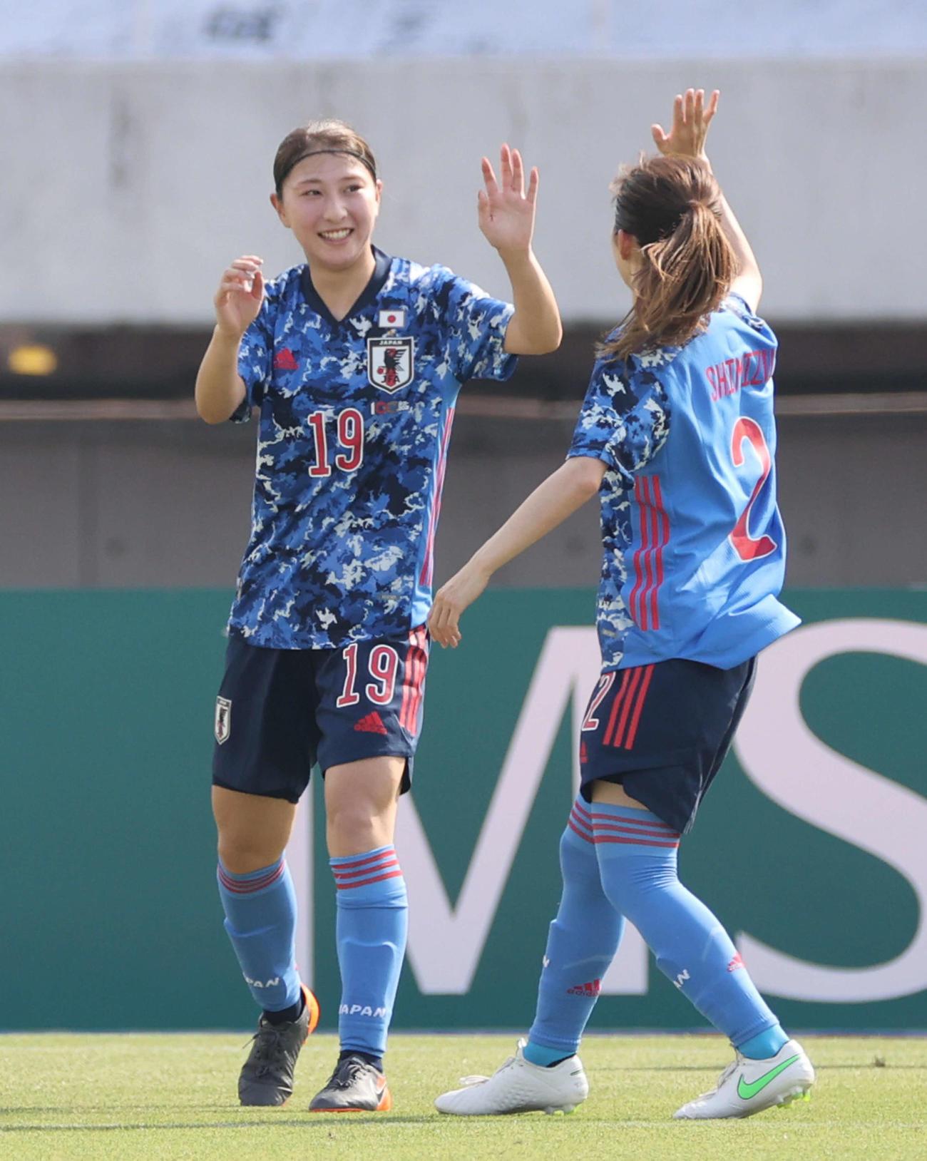 日本対ウクライナ 前半、4点目のゴールを決めて喜ぶ塩越(左)(2021年6月10日撮影)