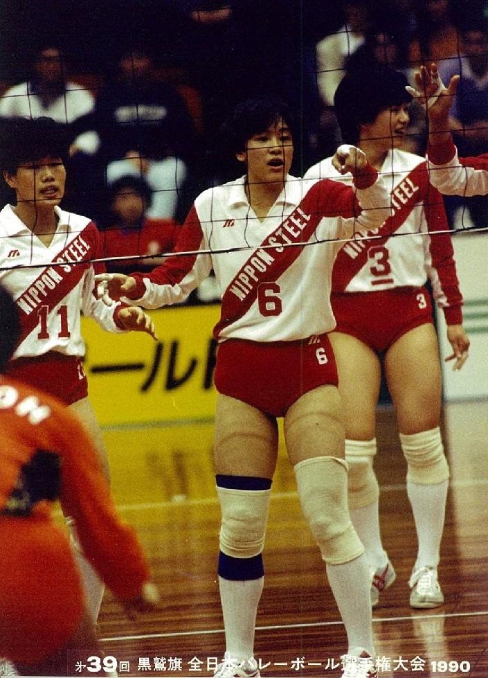 谷の母真由美さん(中央)は新日鉄堺所属の元女子バレー選手で90年全日本選手権(黒鷲旗)にも出場(家族提供)