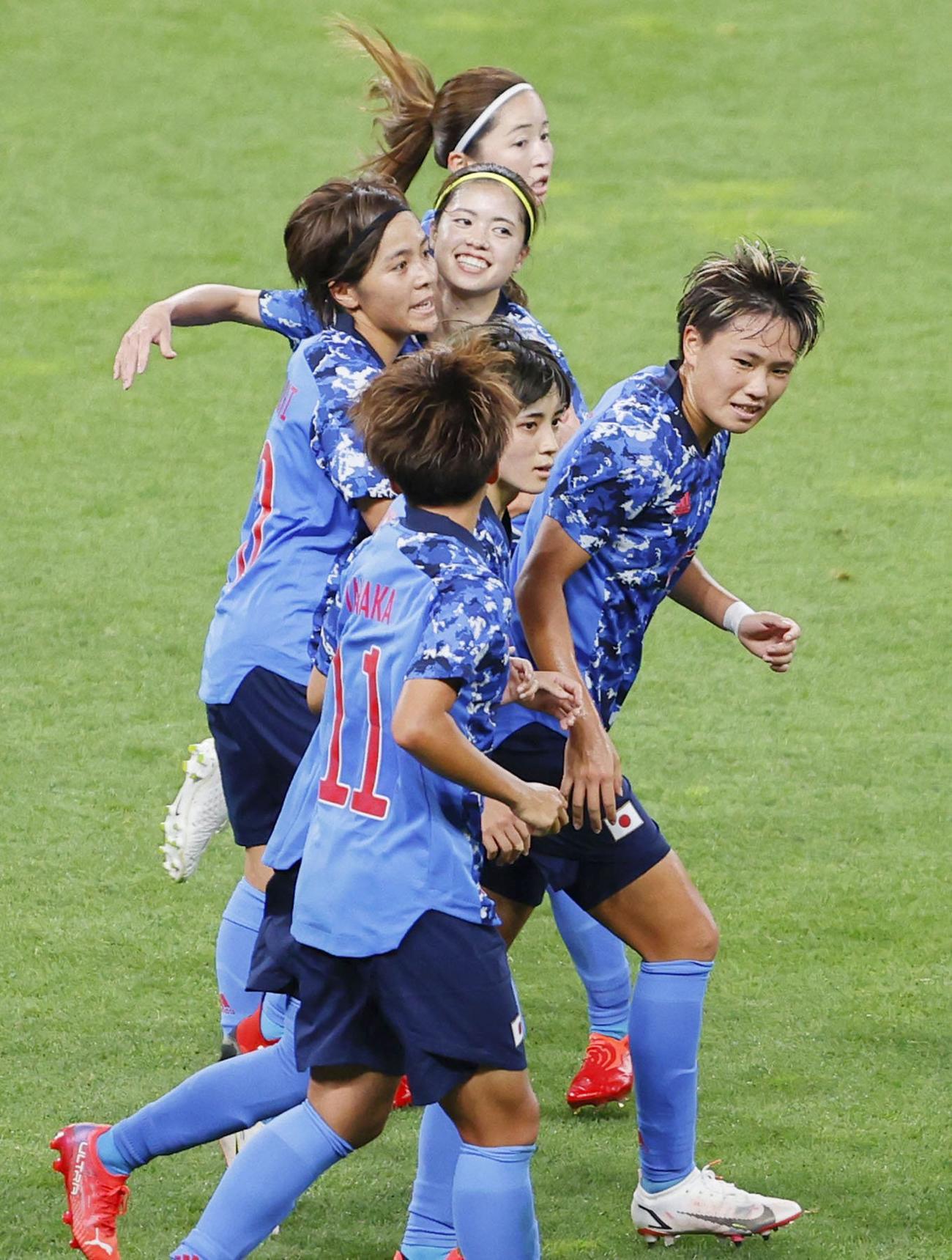 日本―カナダ 後半、同点ゴールを決めた岩渕(奥から3人目)と抱き合って喜ぶ長谷川ら日本イレブン(共同)