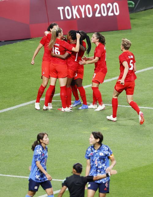 日本―カナダ 前半、先制ゴールを喜ぶカナダイレブン。手前右は熊谷(共同)