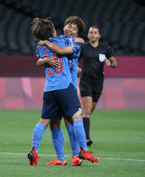 日本対カナダ 後半、同点ゴールを決め抱き合う岩渕と田中(奥)(撮影・佐藤翔太)