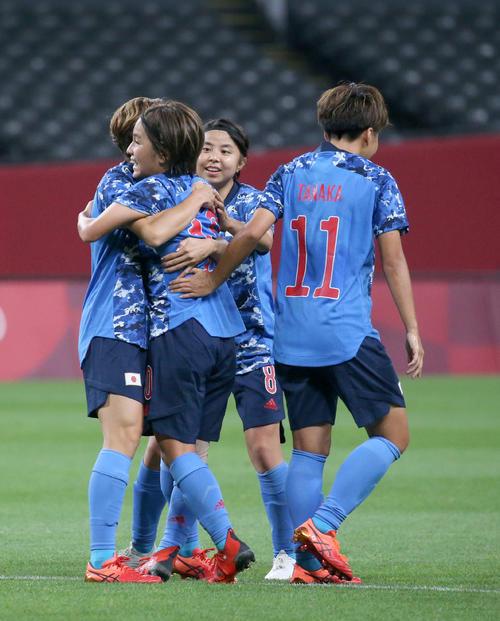 日本対カナダ 後半、同点ゴールを決め抱き合う岩渕(左手前)と田中(撮影・佐藤翔太)