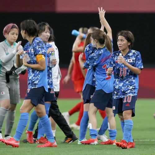 日本対カナダ 試合終了後、水分補給をとる岩渕(右)(撮影・佐藤翔太)