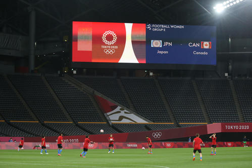 日本対カナダ 試合前、ウオーミングアップをするなでしこジャパン(撮影・佐藤翔太)
