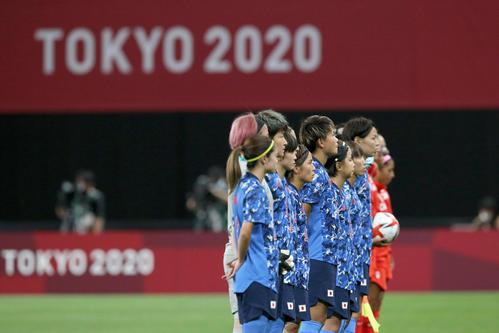 日本対カナダ 試合前、整列するなでしこジャパン(撮影・佐藤翔太)
