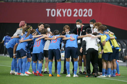日本対カナダ 試合前、円陣を組むなでしこジャパン(撮影・佐藤翔太)